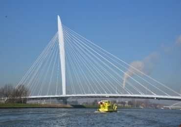 Ponte strallato con un solo pilone centrale e stralli a ventaglio