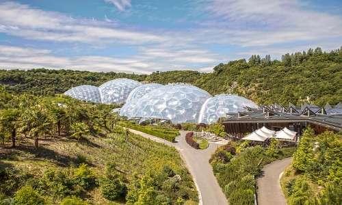 I pannelli in ETFE sono stati usati in Cornovaglia per costruire una serra che ospita piante provenienti da tutto il mondo