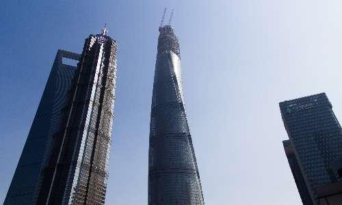 La Shanghai Tower a lavori quasi ultimati, con la struttura completa e la facciata di vetro che raggiunge quasi la cima