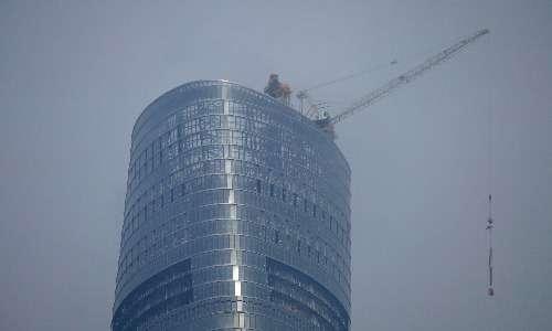Il vento forte che soffia sugli ultimi piani della Shanghai Tower viene sfruttato grazie a numerose turbine eoliche che generano energia elettrica per l'edificio