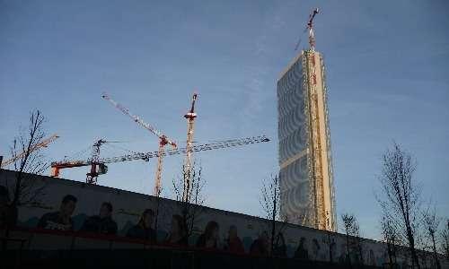 La Torre Isozaki soffre molto il vento; per questo i progettisti hanno dovuto prendere provvedimenti per evitare il pericolo di crollo