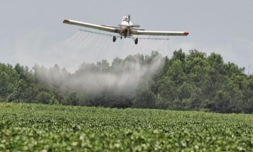 Una delle tecniche più usate di irrorazione dei fitofarmaci è quella aerea.