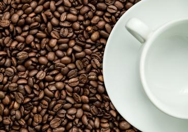 La caffeina contenuta nel caffè influenza il nostro metabolismo e non solo.