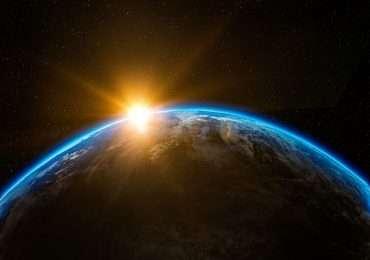La massa della Terra si distribuisce su una forma non perfettamente sferica. La visuale del pianeta dallo spazio è predominata dall'azzurro delle acque in superficie, mentre le terre emerse rispecchiano la forma dei continenti descritte sulle cartine geografiche.