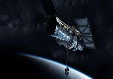 Tra i telescopi spaziali uno dei più conosciuti è Hubble; rappresenta una delle fonti principali per le fotografie di speciali eventi dell'universo, tra cui anche quelle dell'effetto di una lente gravitazionale, che altrimenti non sarebbero visibili.