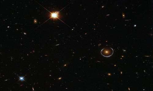 L'immagine mostra un anello di Einstein scattato dall'ESA/Hubble & NASA. La fotografia deve la sua riuscita all'allineamento tra lente gravitazionale e la sorgente, come previsto da Einstein.