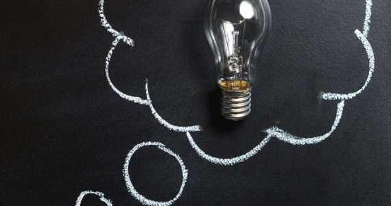 Spesso nella testa dell'uomo si è accesa una lampadina che ha cambiato il mondo, ma quale invenzione o scoperta è nata prima?