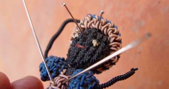 Pungere una bambola voodoo virtuale è un modo efficace per liberare i dipendenti dalla rabbia verso un capo oppressivo.