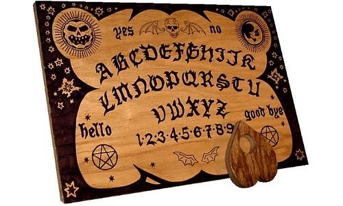 Come per le bambole voodoo, la tavola Ouija sfrutta l'errore di percezione della mente che attribuisce responsabilità causale a eventi casuali.