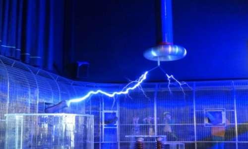 La costruzione di una gabbia di Faraday richiede soltanto un involucro di metallo. Un esperimento con un gabbia risulta affascinante nel vedere come eventuali scariche elettriche non si propagano al suo interno.