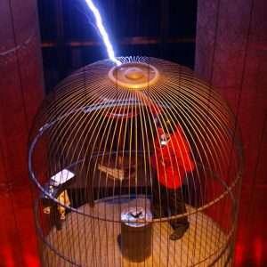 Un modo che ha una persona per non farsi colpire o attraversare da una scarica elettrica, è quello di entrare in una gabbia di Faraday. Questa speciale costruzione non permette la creazione di un campo elettrico al suo interno.