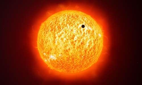 Il Sole è circa a metà del suo ciclo vitale e nella sua fase finale si espanderà ulteriormente. Questo perchè è tra le stella nane, seppur a noi sembra già avere straordinarie dimensioni. Intorno al nostro Sole orbitano molti pianeti, il più vicino di questi è Mercurio.