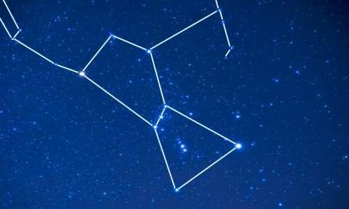 Le stelle della Cintura di Orione sono tre e sono posizionate al centro della costellazione di Orine. All'interno della costellazione però è possibile vedere ad occhio nudo anche 130 stelle diverse.