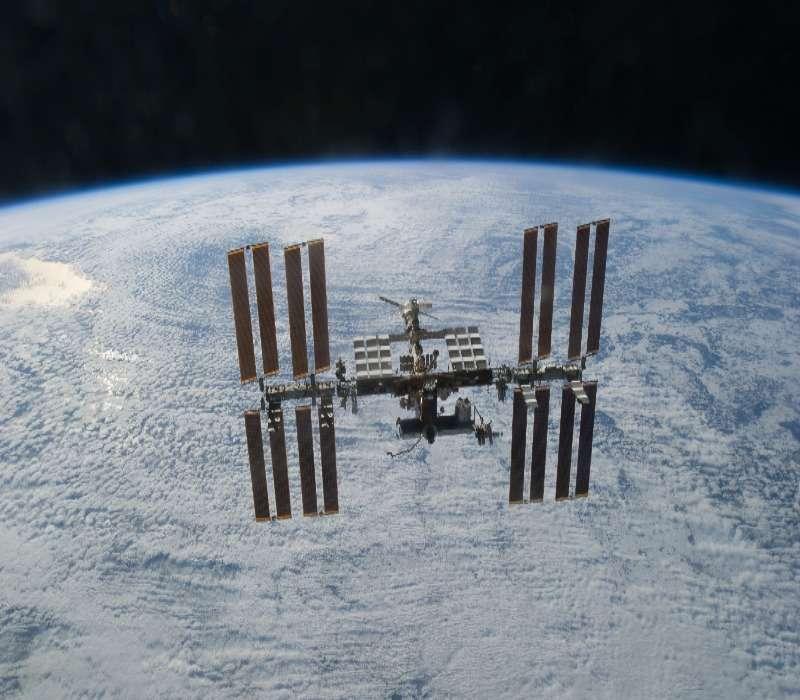 Vista dallo spazio della Stazione Spaziale Internazionale ISS con la Terra sullo sfondo