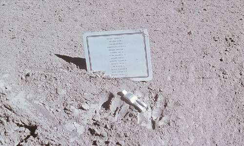 Vladimir Komarov è presente nella lista dei 14 astronauti deceduti commemorati nel fallen astronaut, la placca e la statuetta portati sulla Luna dalla missione Apollo 15