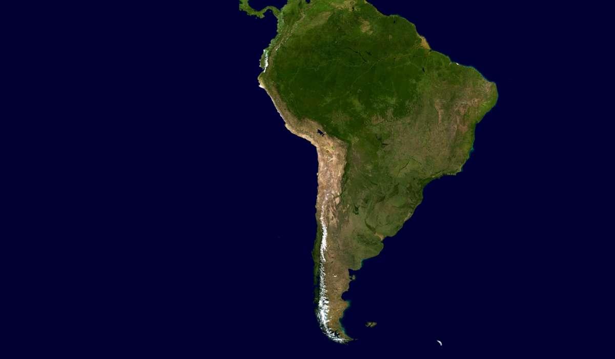 Da quale processo è caratterizzata la zolla di Nazca al confine con la zolla sudamericana?