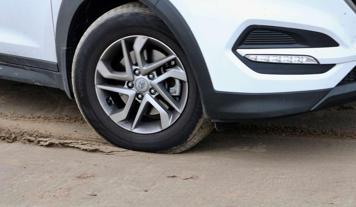 Un'auto frena più rapidamente se le sue ruote