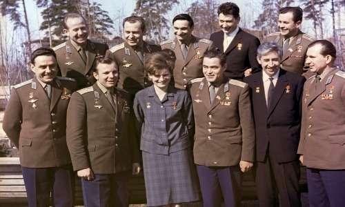 Vladimir Komarov e Yuri Gagarin insieme ad altri cosmonauti sovietici