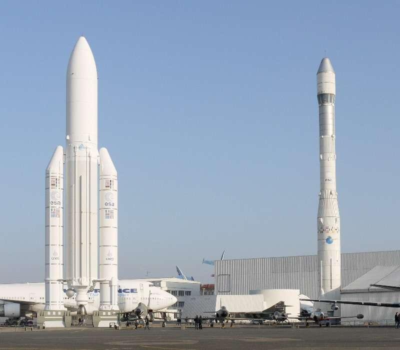 A sinistra un razzo Ariane 5, a destra un razzo Ariane 1