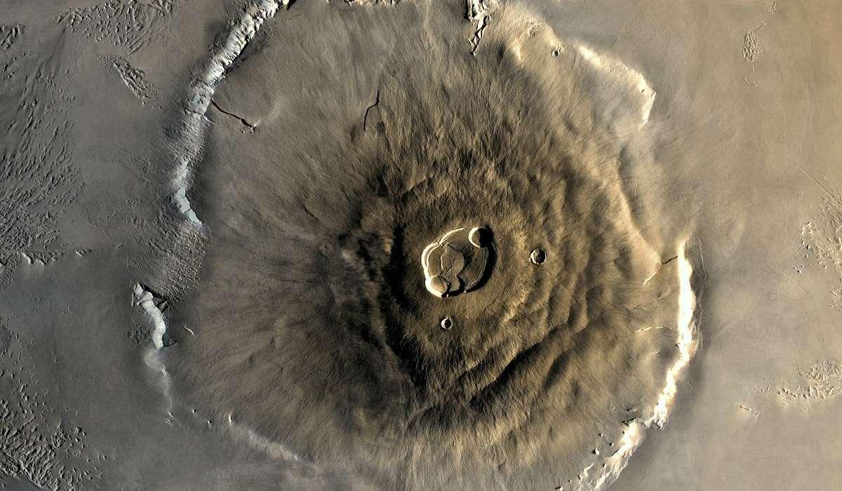 Su Marte è presente il più grande rilievo di tutto il Sistema Solare: un vulcano a scudo alto 25 km. Come si chiama?