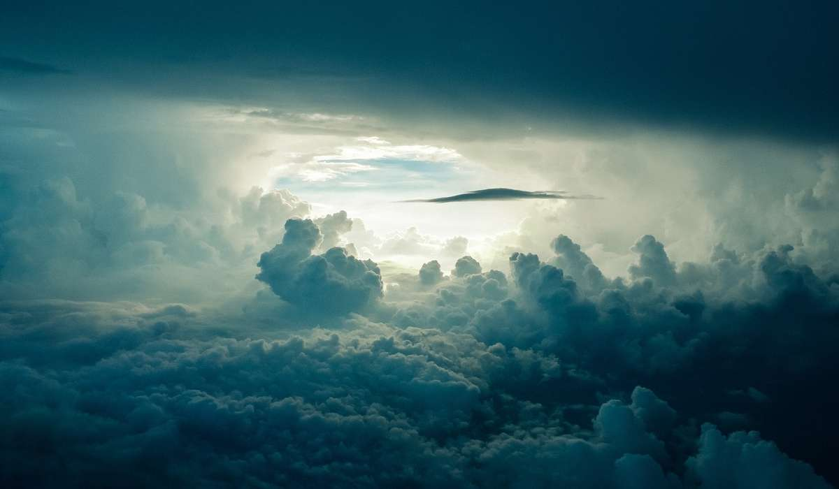 Anche se senza atmosfera, presenta alcuni gas lontano dalla sua superficie. Tra questi è presente anche l'ossigeno?