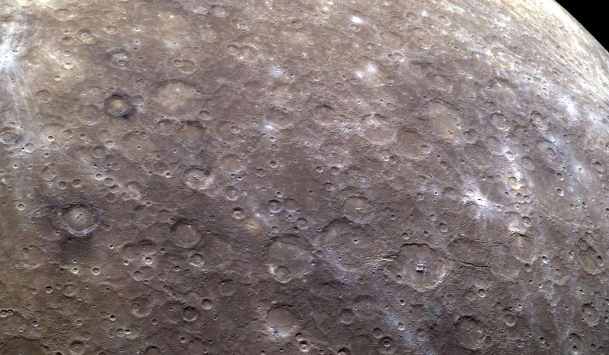 Quale particolarità hanno alcuni crateri presenti sulla sua superficie?