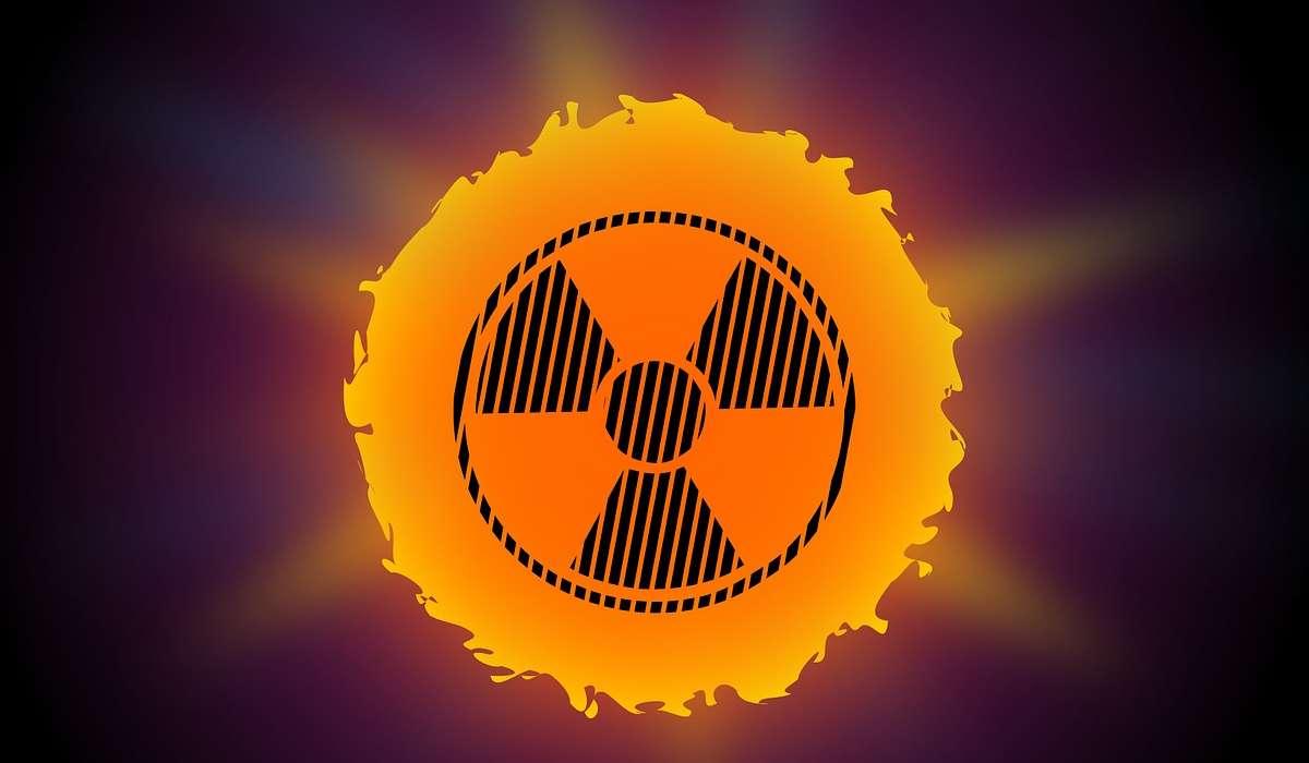 La quantità di radiazioni ultraviolette che colpiscono la superficie terrestre è notevolmente ridotta da quale gas nell'atmosfera?
