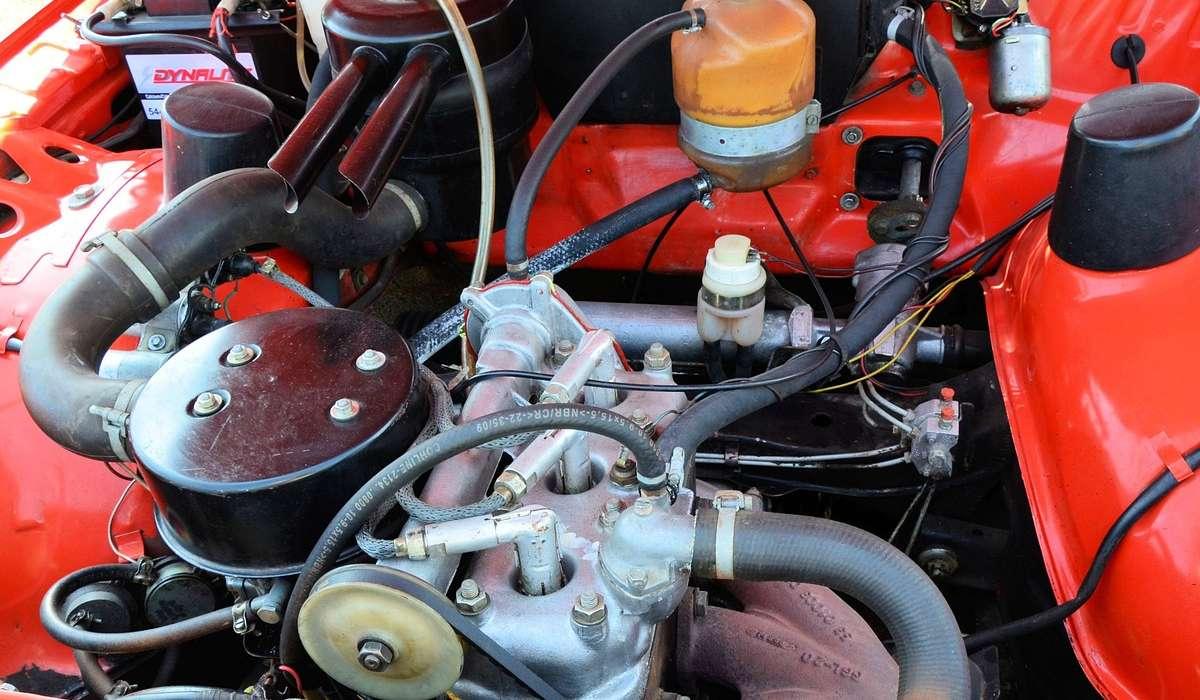 In generale cosa accade di diverso nelle fasi di un motore a 2 tempi?