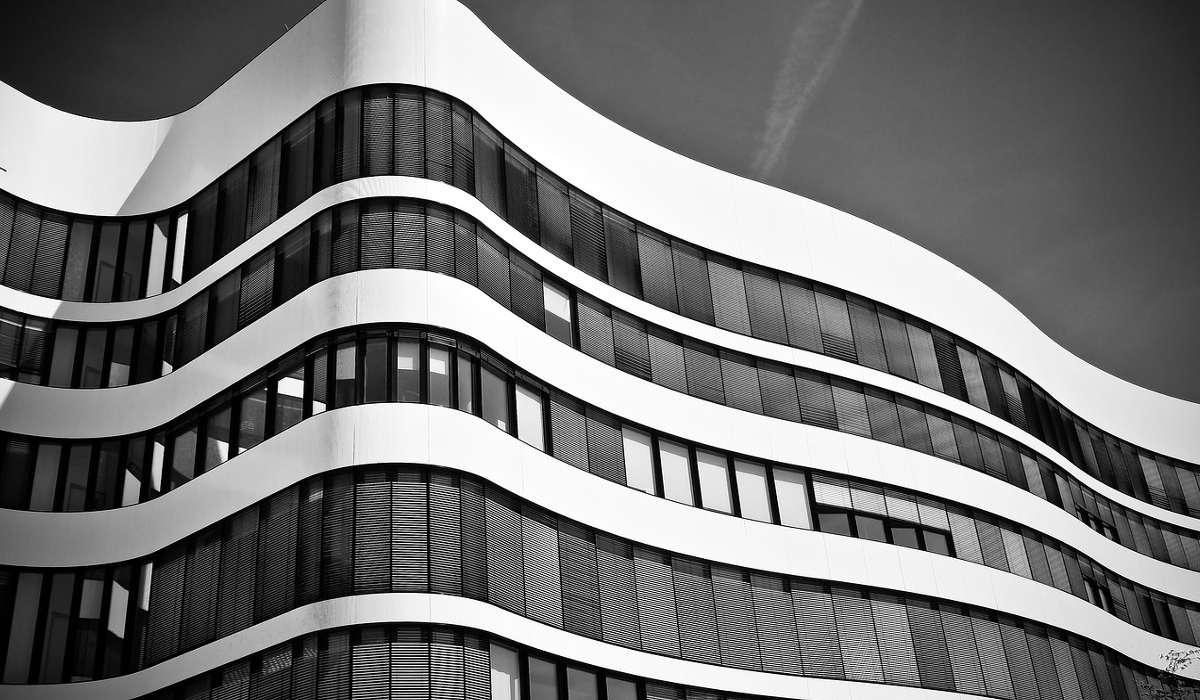 Quale stile architettonico ha introdotto la finestra a nastro?