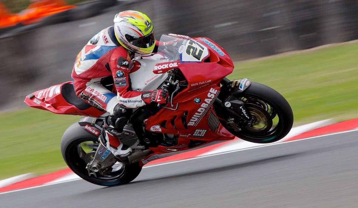 Una moto inizialmente a riposo accelera in linea retta a 4 m/s². Quale sarà la sua velocità dopo 3 secondi?