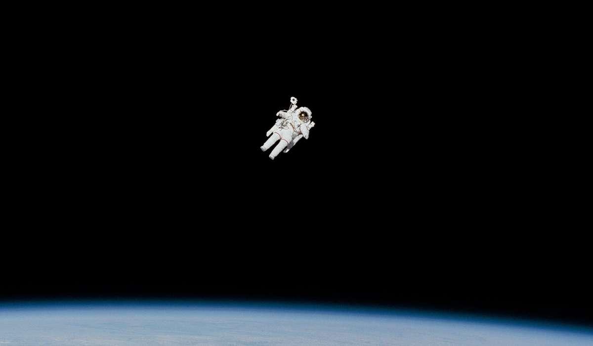 Come ha definito Galileo la proprietà di un oggetto in movimento che continua a muoversi?