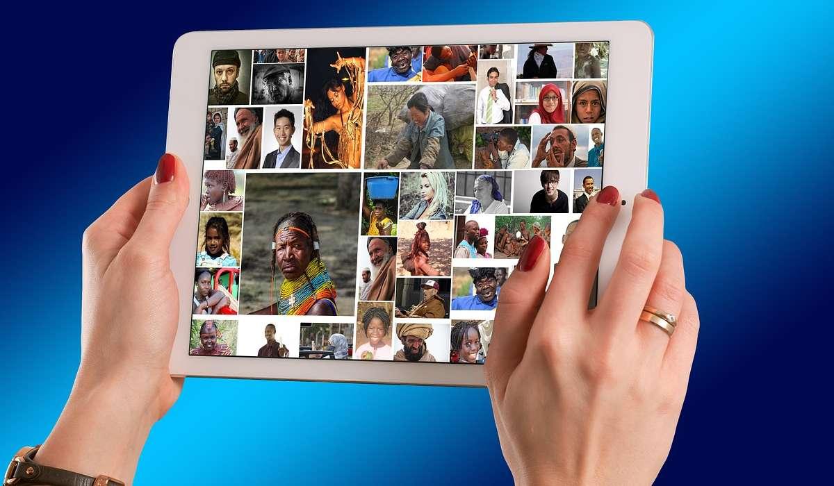 Come si chiamano gli schermi capaci di riconoscere la presenza di più dita?