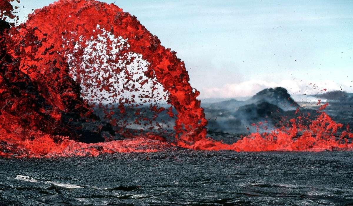 Quale percentuale di tutta l'attività vulcanica si verifica negli oceani?