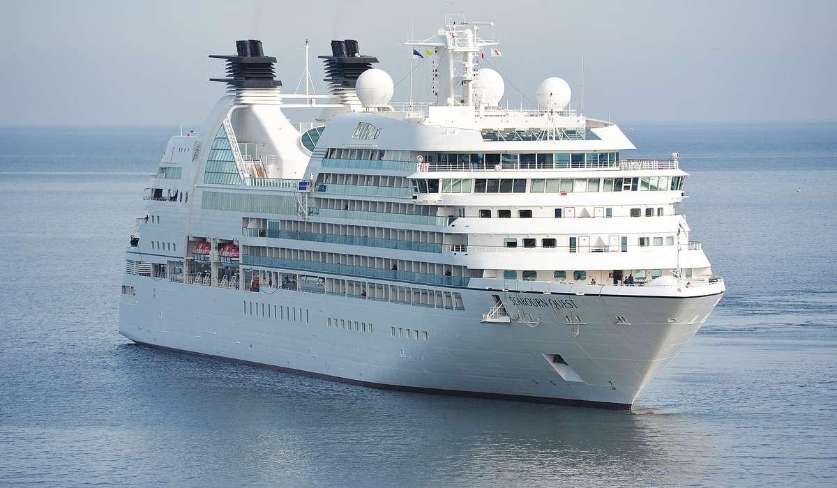 Come si chiama il guscio della nave, composto dall'involucro esterno, che assicura il galleggiamento?