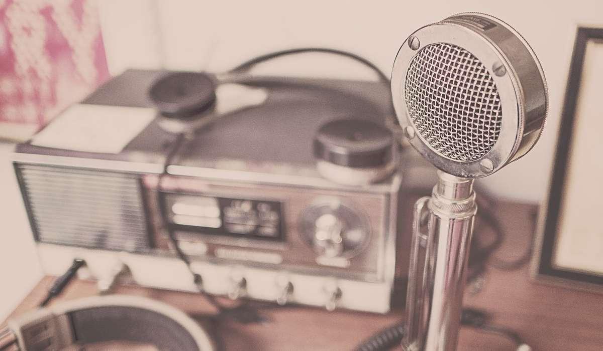 Come si impose la radio civile in Italia nei primi anni della sua diffusione?