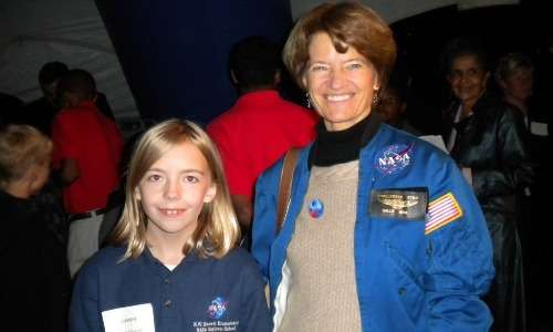 Sally Ride insieme ad una bambina durante un evento della compagnia Sally Ride Science