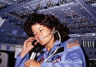 La prima astronauta donna degli USA, Sally Ride, a bordo dello Shuttle Challenger durante la sua prima missione