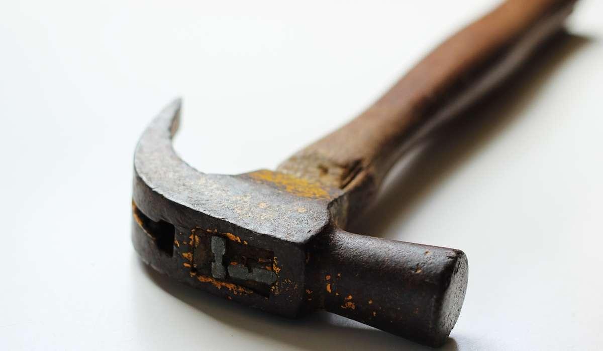 Martello usato per togliere i chiodi