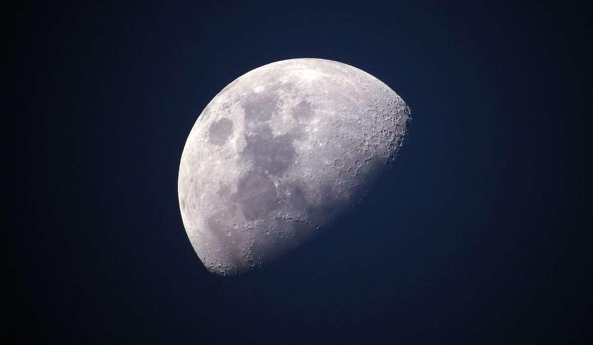 Quale filosofo greco sosteneva che la Luna fosse un pianeta?