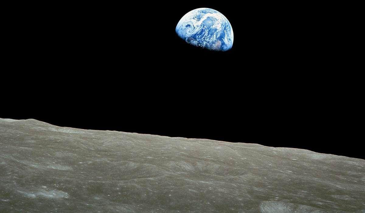 Quale scienziato, invece, scoprì che la Luna non era liscia, ma presentava una superficie rugosa e irregolare?
