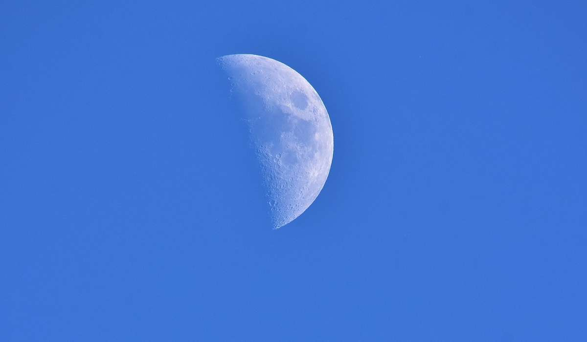 A cosa si pensa siano dovuti i numerosi crateri presenti sulla superficie lunare?