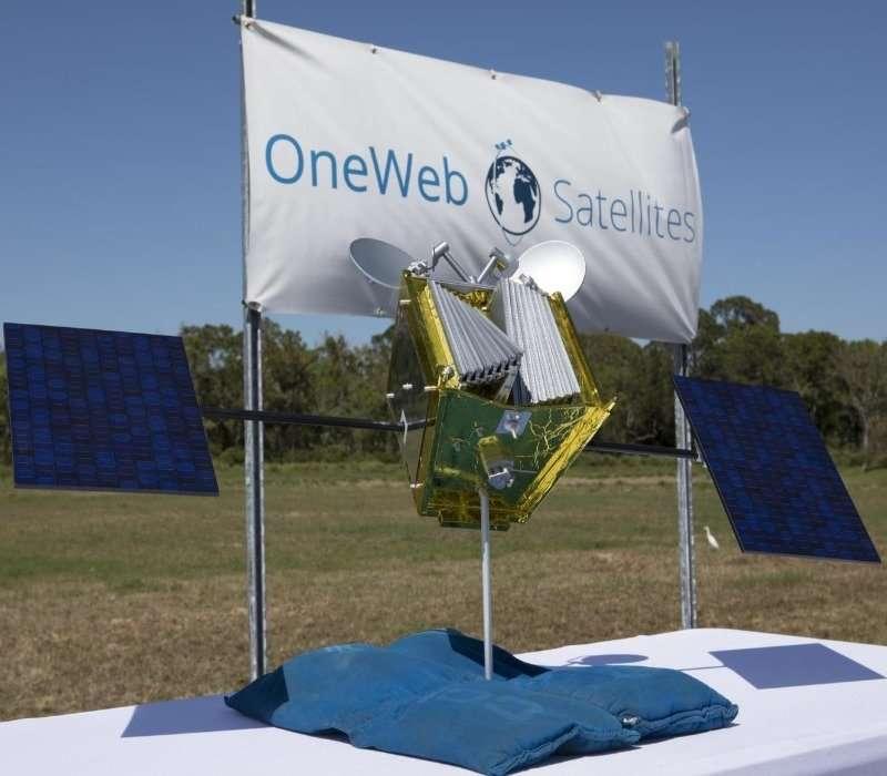 Logo della compagnia dei satelliti OneWeb e un loro modello