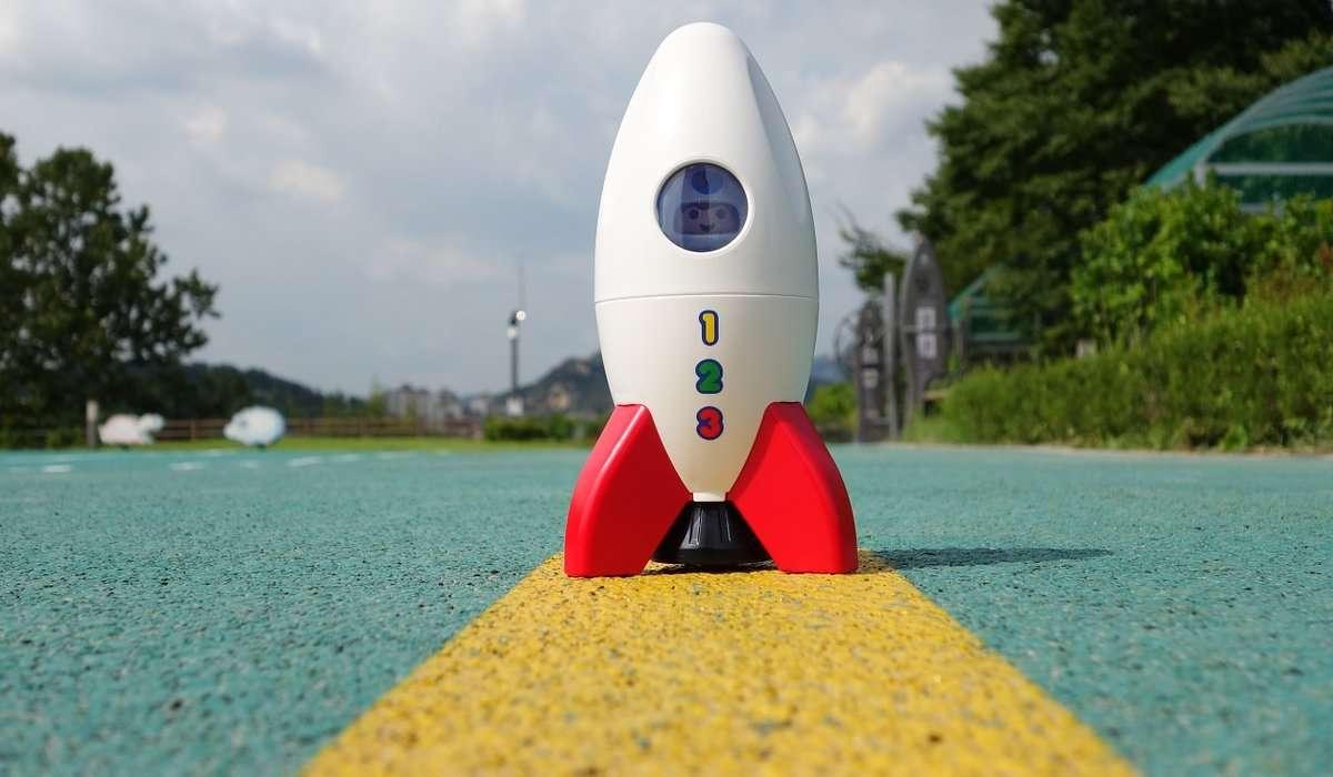 Come si chiama quella disciplina che si occupa della realizzazione di modelli volanti di razzi?