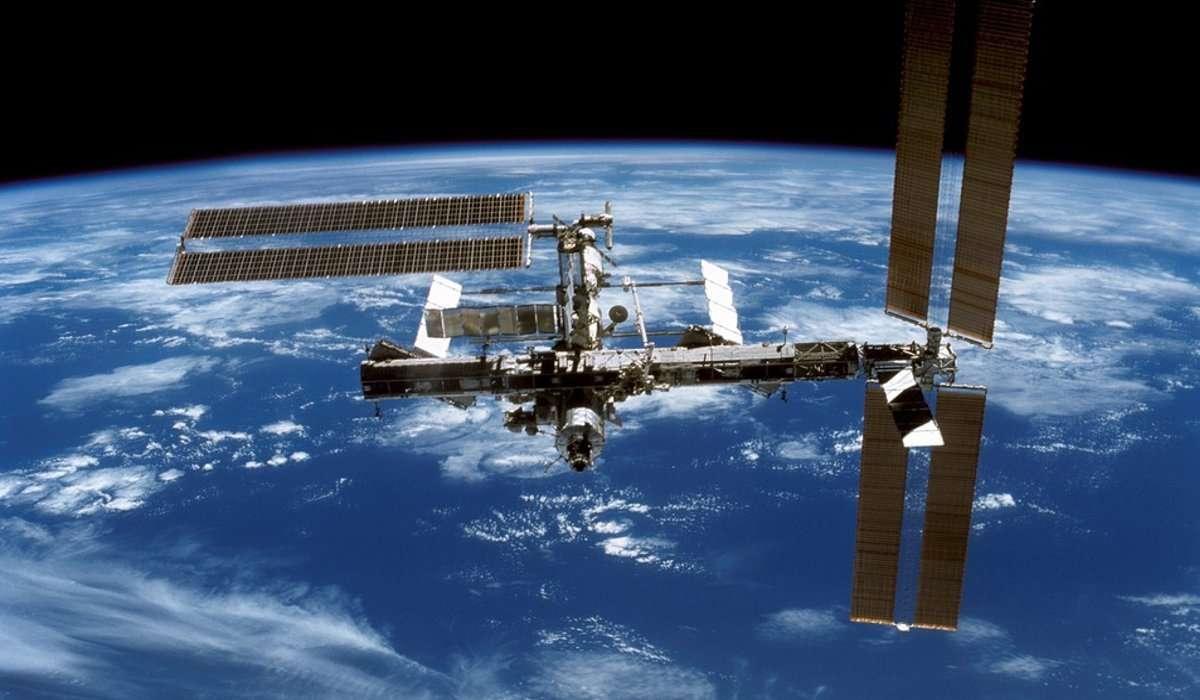 La stazione spaziale internazionale si trova su un'orbita: