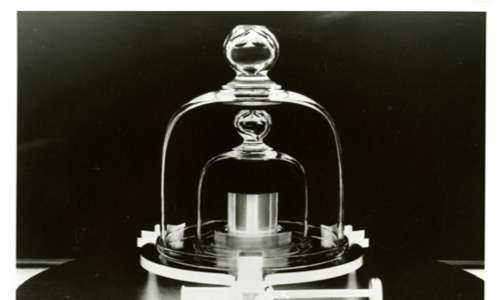 Foto di una replica del prototipo internazionale del chilogrammo che recentemente è stato messo da parte alla conferenze dei pesi e misure.