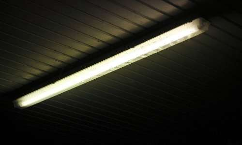 La fluorescenza viene sfruttata nell'illuminazione a basso consumo di abitazioni ed edifici