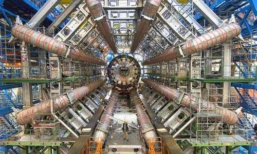 Visitare il CERN è anche osservare ATLAS: uno degli esperimenti di LHC che viene finanziato e costruito in collaborazione con oltre 2.000 scienziati e ingegneri in 165 università e laboratori in 35 paesi.