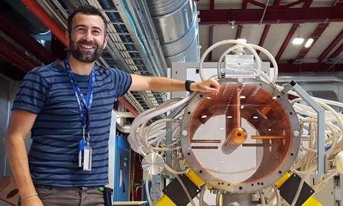 Visitare il CERN non è mai stato così intrigante! Questa foto ritrae l'ingegner Stefano Meroli mentre si trova sul luogo di lavoro al CERN.