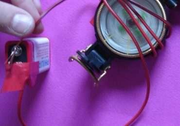 L'Esperimento di Oersted può essere fatto con una semplice pila, un cavo e una comune bussola portatile