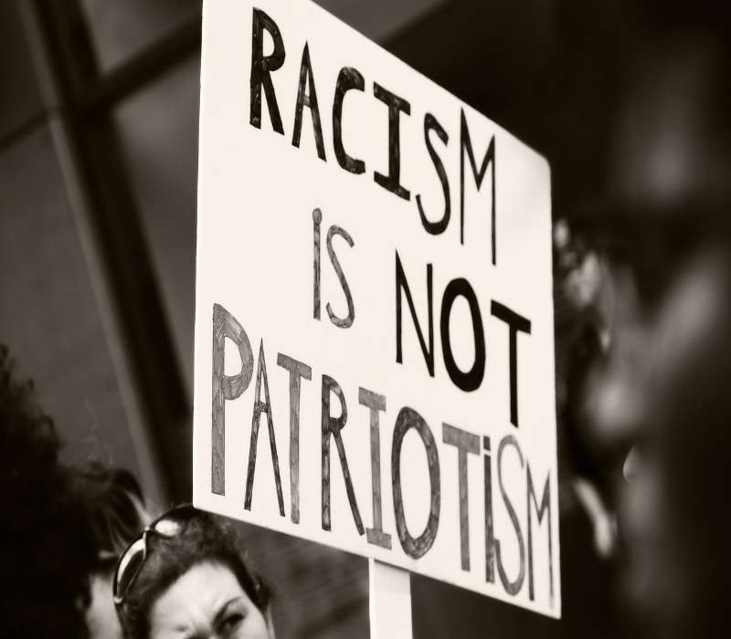 Cartello di una manifestazione contro la discriminazione razziale